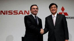 Nissan Motor's Chief Executive Carlos Ghosn (L) shakes hands with Mitsubishi Motors Corp.'s President Osamu Masuko at the end of their joint news conference in Tokyo December 14, 2010. REUTERS/Toru Hanai/File Photo     TPX IMAGES OF THE DAY